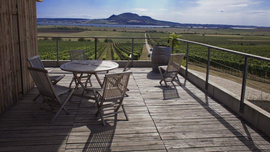 Výhled na Pálavu z terasy Vinařství Sonberk v Popicích