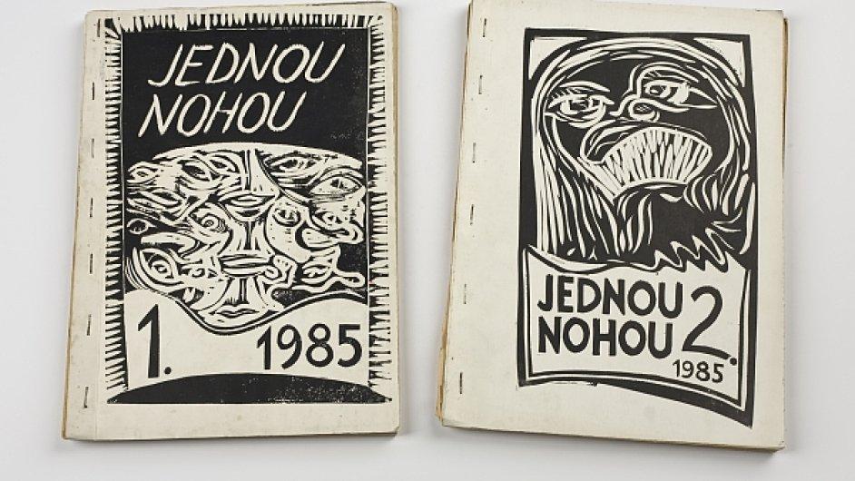 Název Revolver Revue se popré objevil na obálce revue Jednou nohou, kterou roku 1985 založili Ivan Lamper, Viktor Karlík a Jáchym Topol.
