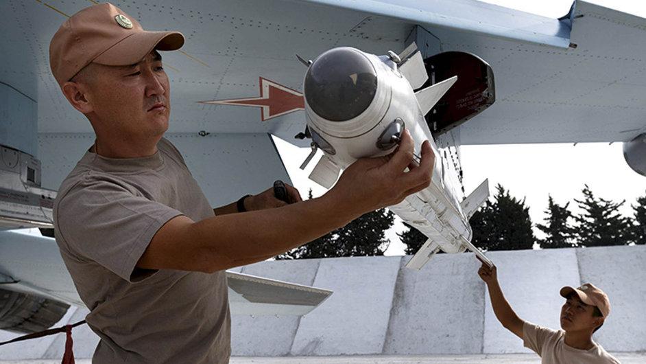 Rakety proti rebelům: zbrojní technici navěšují rakety naruský letoun Su-30 naletišti vsyrské provincii Latákia.