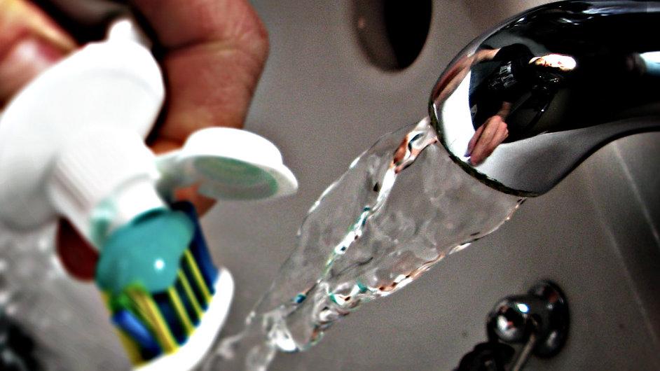 průtok vody a kartáček