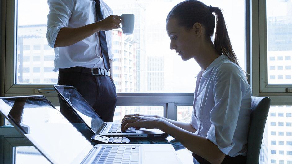 Žena a muž, platy žen, ženy, počítač, notebook, kancelář, ilustrační foto