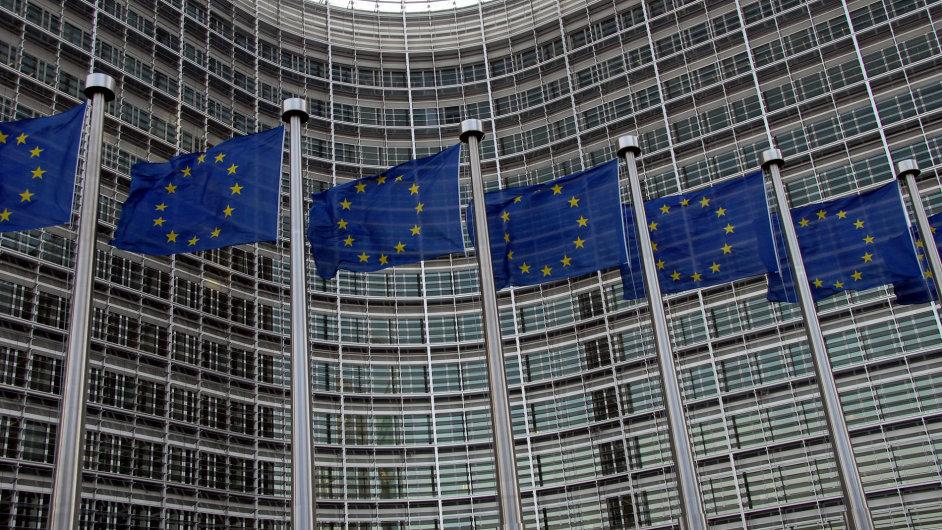 Vlajky před sídlem Evropské komise.