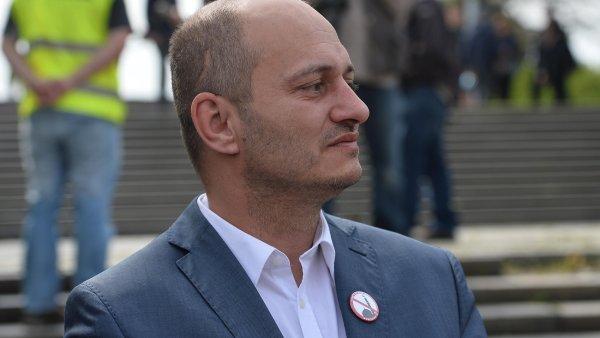 Martin Konvička je známý svými nesnášenlivými výroky, ale to ještě neznamená, že by nesměl do kavárny.