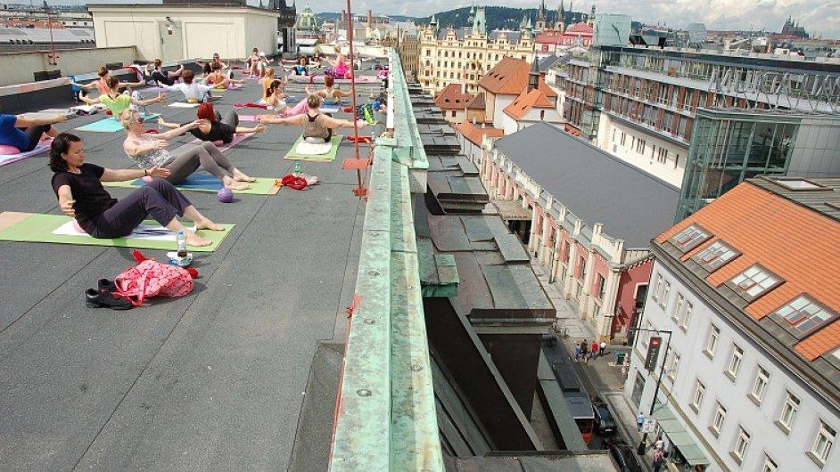 Na střeše sedmipatrové budovy si pohodlně zacvičí až padesát lidí.