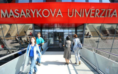 Mlad� absolventi �asto nar�ej� na to, �e po nich zam�stnavatel� cht�j� praxi, p�ipom�n� mluv�� Masarykovy univerzity Tereza Fojtov� - Ilustra�n� foto.