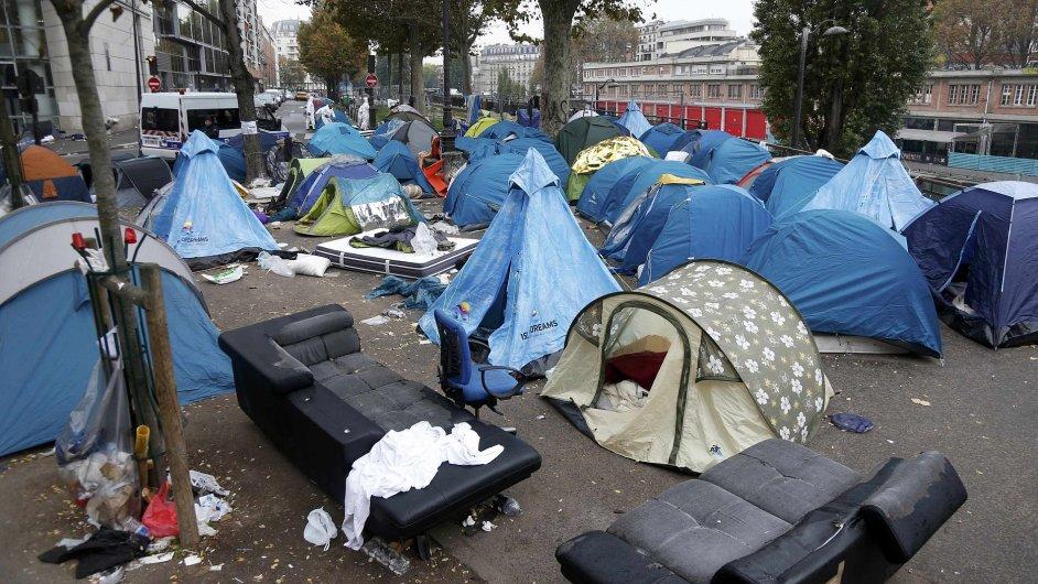 Provizorní uprchlický tábor v ulicích severní Paříže.