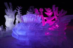 Fotogalerie: Ledové sochy zůstanou na Pustevnách o něco déle. Počasí jim přeje