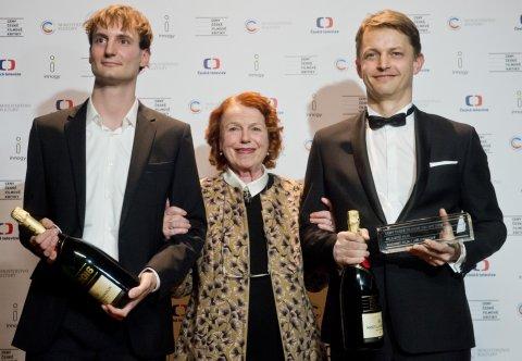 Cenu za nejlepší film obdrželi slovinský režisér Olmo Omerzu (vlevo) a producent Jiří Konečný (vpravo) za Rodinný film, ocenění jim předala herečka Iva Janžurová (uprostřed).