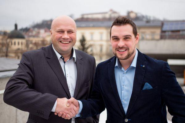 Vlevo Miroslav Kubásek (autor projektu ZmapujTo.cz) a vpravo Ondřej Švrček (zakladatel projektu Mobilní rozhlas)