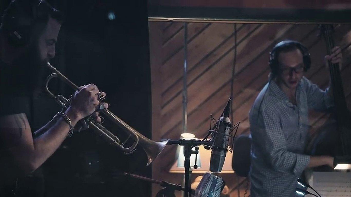 Snímek z videoklipu k albu trumpetisty Avishaie Cohena.