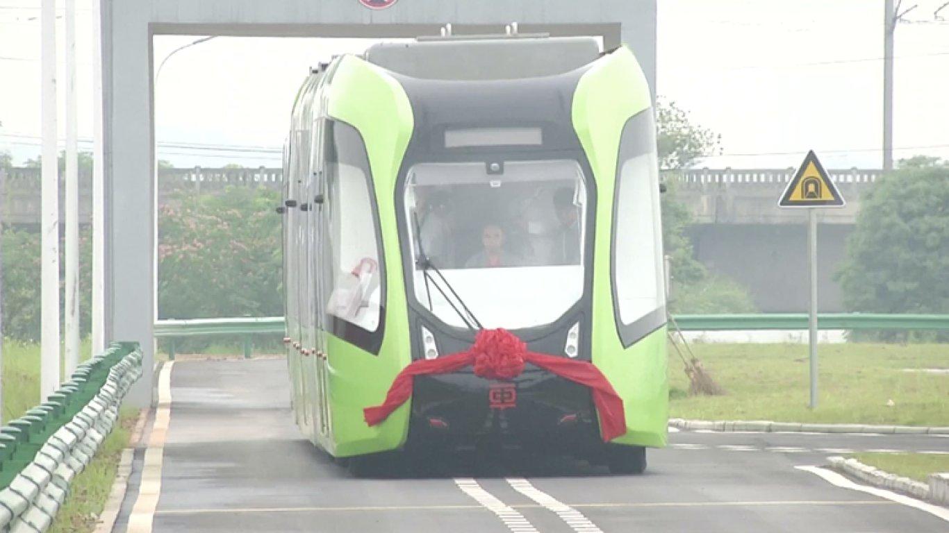 Virtuální vlak nepotřebuje koleje, stačí mu přerušovaná čára na silnici