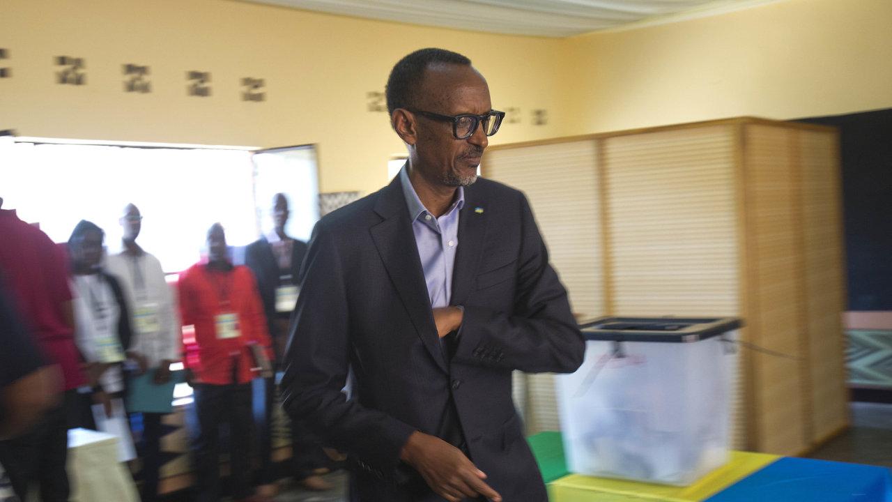 Rwandský prezident Paul Kagame ve volební místnosti.
