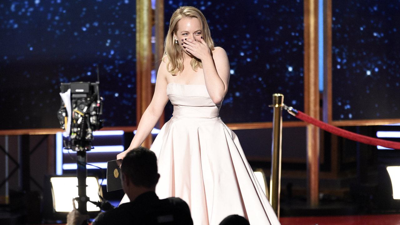 Herečka Elisabeth Mossová ze seriálu Příběh služebnice přebírá Emmy za nejlepší herecký výkon v kategorii drama.