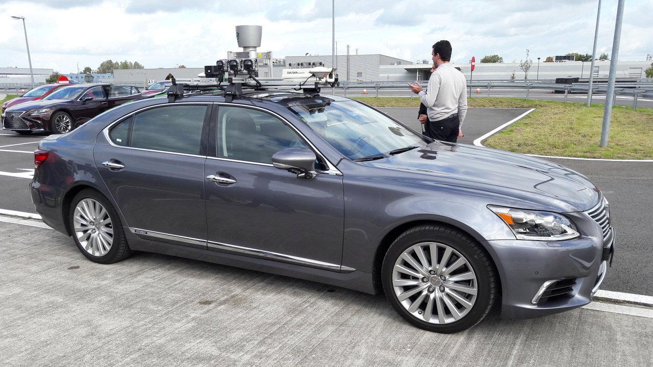 Předchozí generace Lexusu LS, na němž automobilka testuje technologii automatizovaného řízení.