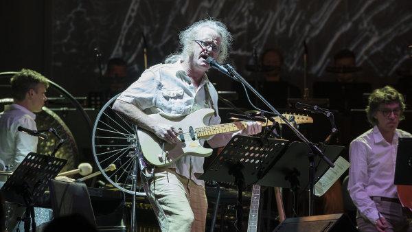V prostřední části Speech emotivní proslov odboráře zazpíval kytarista Mark Stewart.
