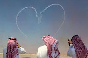 Armádní akrobati z celého světa předvádějí své kousky v Dubaji. Vlády a firmy mezitím na aerosalonu uzavírají zakázky za miliardy