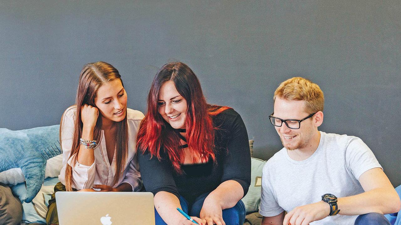 Úspěšná adaptace nováčků ve firmě usnadňuje kromě jiného jejich začátky v nové práci.