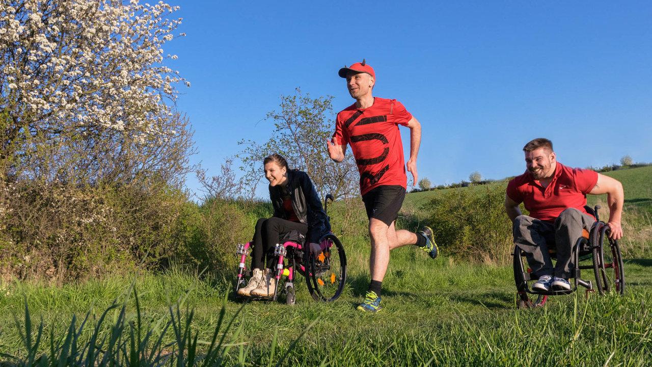 Česká asociace paraplegiků pravidelně pořádá crowdfundingové sbírky napodporu vozíčkářů. Kampaně Cesty navrchol aTo dáááš podpořil ultramaratonec René Kujan (uprostřed).