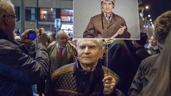 V Česku vyhrává neliberální demokrat Babiš. Jeho oponentidemonstrují zaindividuální práva, leč jim blízcí političtí reprezentanti prohrávají jedny volby zadruhými.