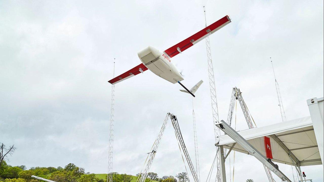 Kalifornská společnost uvedla nejrychlejší doručovací dron. Nový model má maximální rychlost 121 kilometrů v hodině, dolet 160 kilometrů a unese náklad o hmotnosti 1,75 kilogramu.