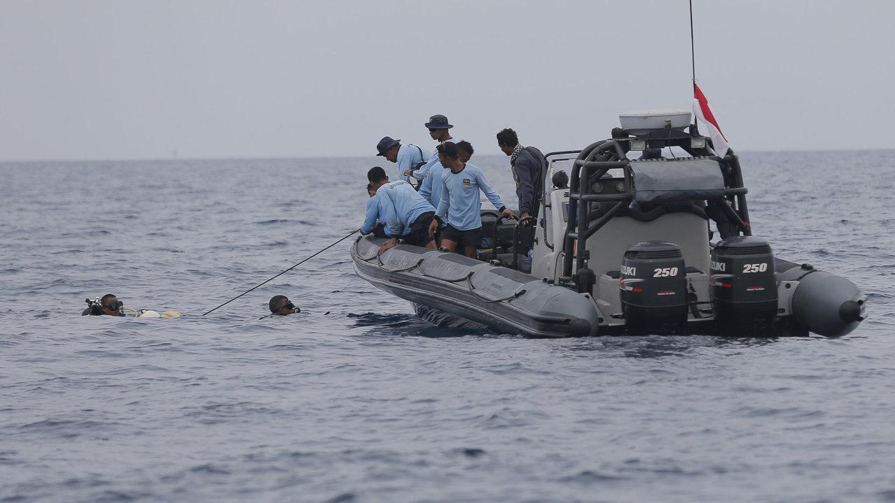 Indonéský pátrací a záchranný tým zřejmě našel část trupu letadla společnosti Lion Air, které se počátkem týdne zřítilo do Jávského moře se 189 lidmi na palubě.