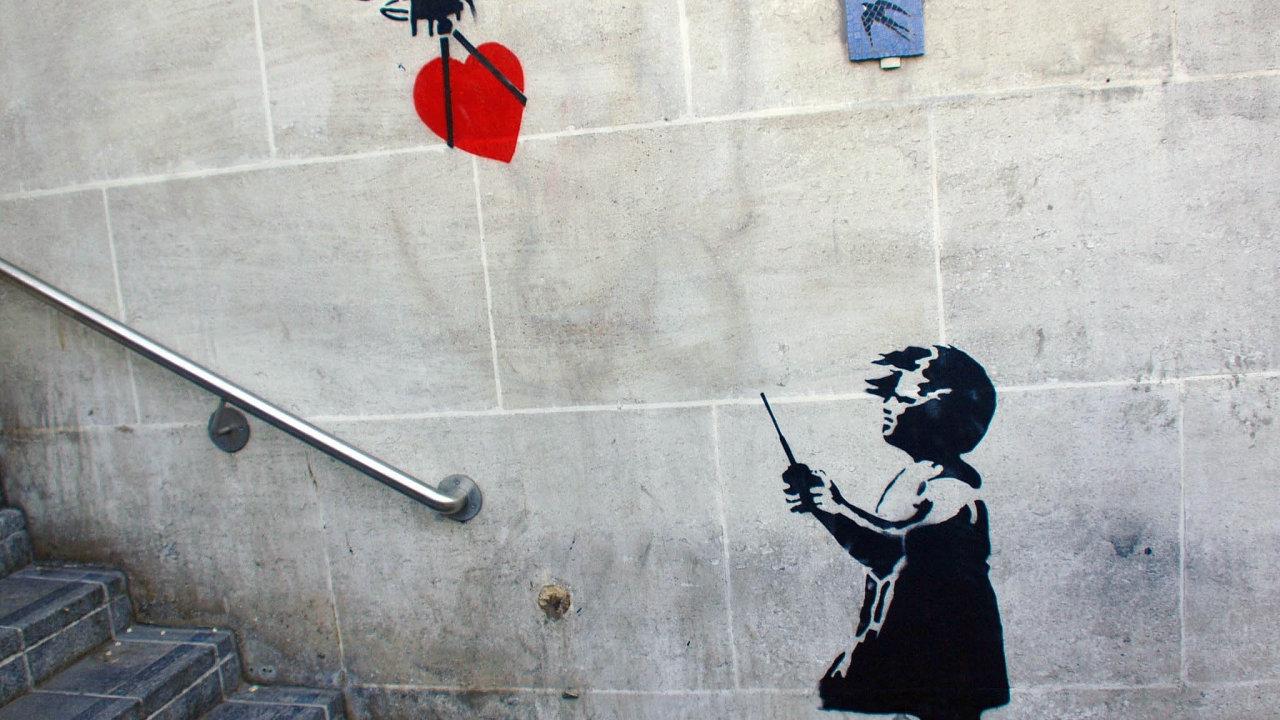 """Známý motiv """"stále neznámého"""" Banksyho, sprej zobrazující dívku sčerveným balonkem vetvaru srdce"""