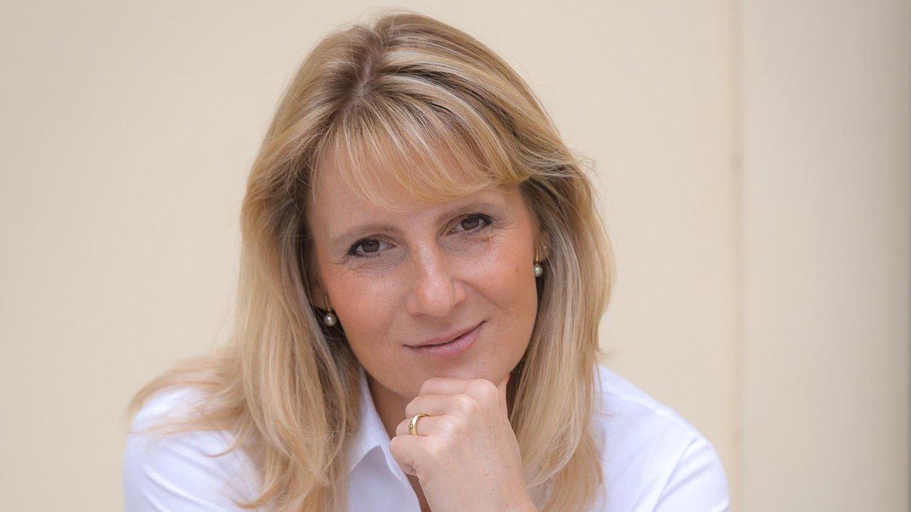 Žena proti alkoholu. Protidrogová koordinátorka Jarmila Vedralová má v plánu zvednout spotřební daň na tvrdý alkohol.
