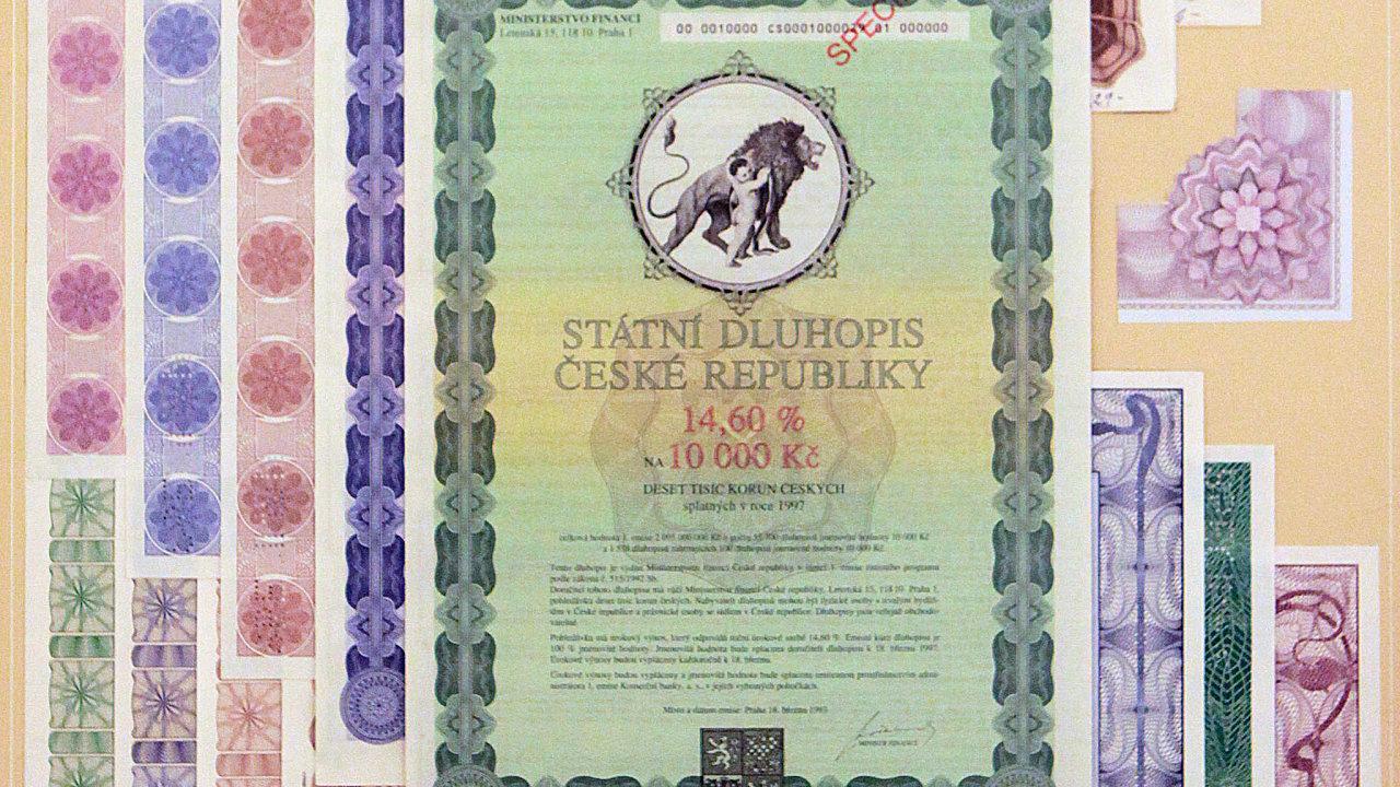 Stát láká střadatele naspořicí dluhopisy. Narozdíl od90. let jsou dluhopisy nabízené vsoučasnosti střadatelům elektronicky evidované udepozitáře.