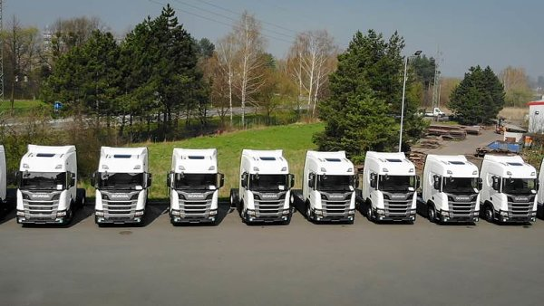 Zástupci firmy Santa-Trans převzali deset nových vozidel Scania. Pět z nich pohání nové šestiválcové motory na CNG o objemu 13 litrů a výkonu 410 koní.