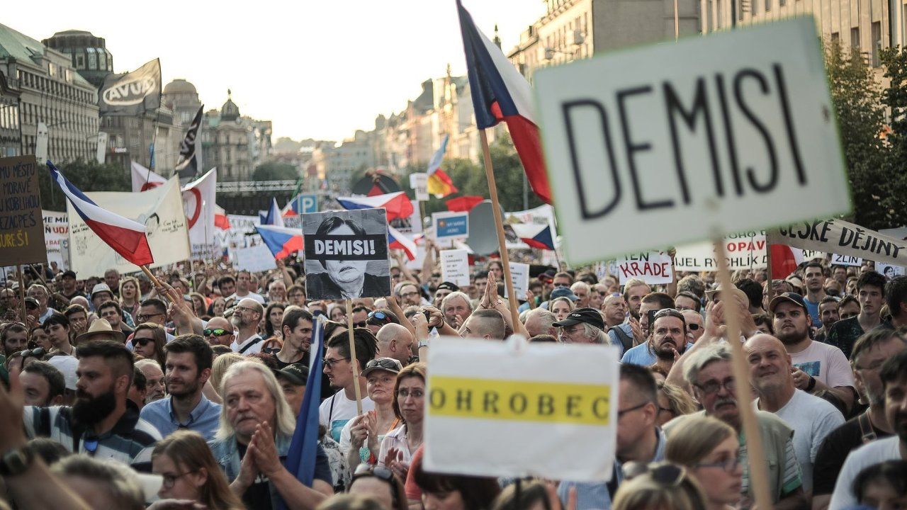 Reportáže si všímají zaplněného centra Prahy a podrobně informují o obsahu předběžného auditu Evropské komise, podle něhož je Babiš ve střetu zájmů. Část komentářů soudí, že protesty vládu neohrozí.