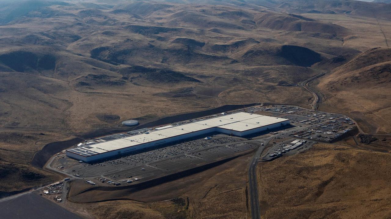 Továrna Tesly v Nevadě známá jako Gigafactory využívá při výrobě baterií elektřinu ze solárních panelů. To vše ve snaze zanechat co nejmenší uhlíkovou stopu.