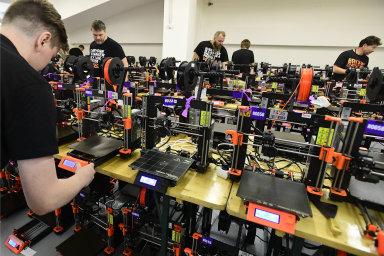 Podívejte se, jak vypadá přes tisíc 3D tiskáren pracujících zároveň. Firma v Praze pokořila světový rekord