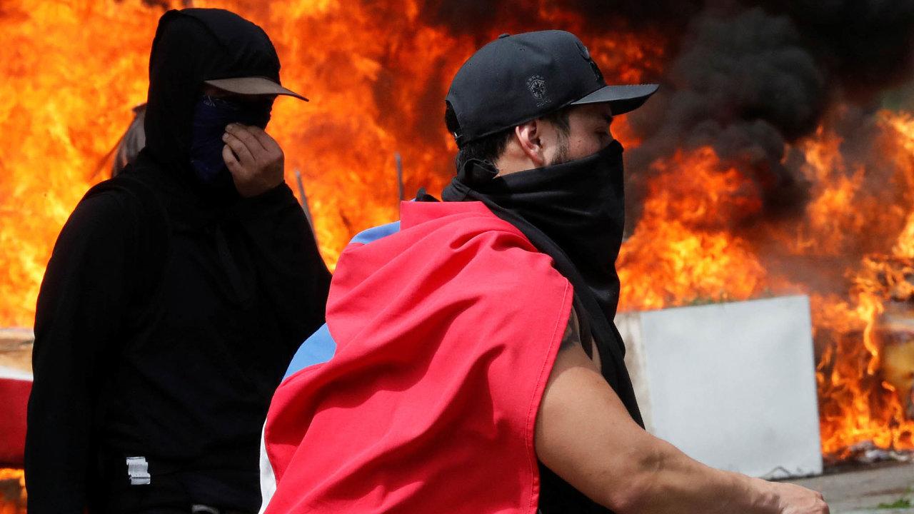 Přestože bylo Chile považováno za ekonomický vzor Latinské Ameriky, ustřední třídy se několik desetiletí hromadila frustrace ztoho, že je opomíjená. Ta teď vybuchla vpodobě ostrých protestů.