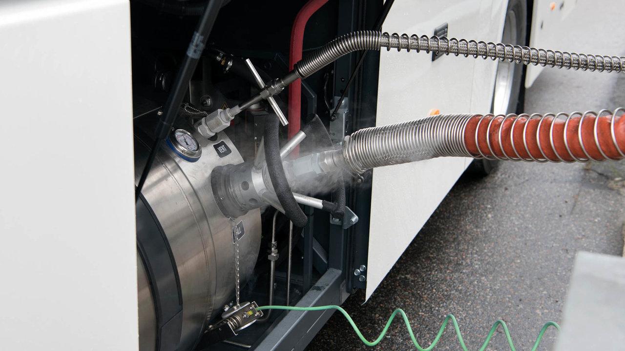 Tankování LNG je podobné plnění stlačeného zemního plynu či vodíku, s tím rozdílem, že vše probíhá za velmi nízkých teplot. Na snímku plnění kryogenní nádrže autobusu Scania.