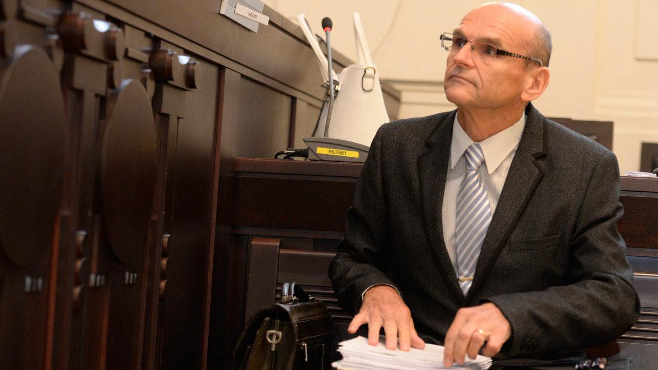 Nalavici obžalovaných podvouměsíční přestávce opět usedne soudce Ivan Elischer. Je obžalován, že zaúplatky vynášel mírnější rozsudky vdrogových kauzách. Akdyž úplatek nedostal, trest zvýšil.