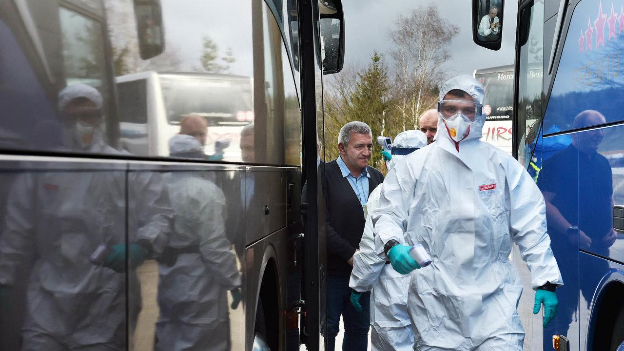 Prohlídka na hranicích: Na deseti hraničních přechodech v Česku platí mimořádná opatření, vzniká i zázemí pro odběry vzorků u lidí s podezřením na nákazu koronavirem.