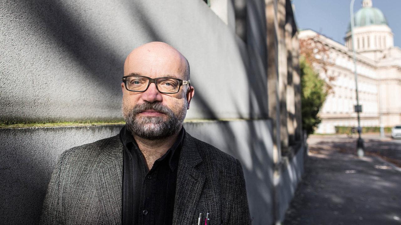 Kritik vládních opatření. Česká vláda jedná v koronavirové krizi autoritativně, místo aby respektovala svobodné občany, říká katolický duchovní Tomáš Petráček.