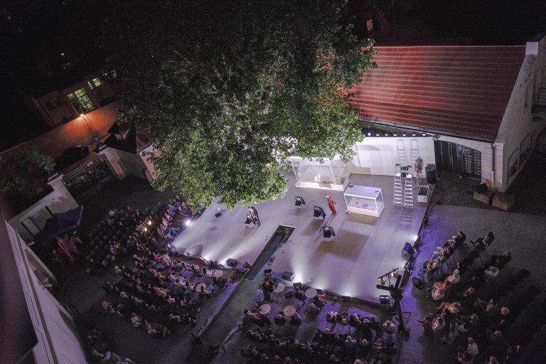 Představení Meda na nádvoří Musea Kampa