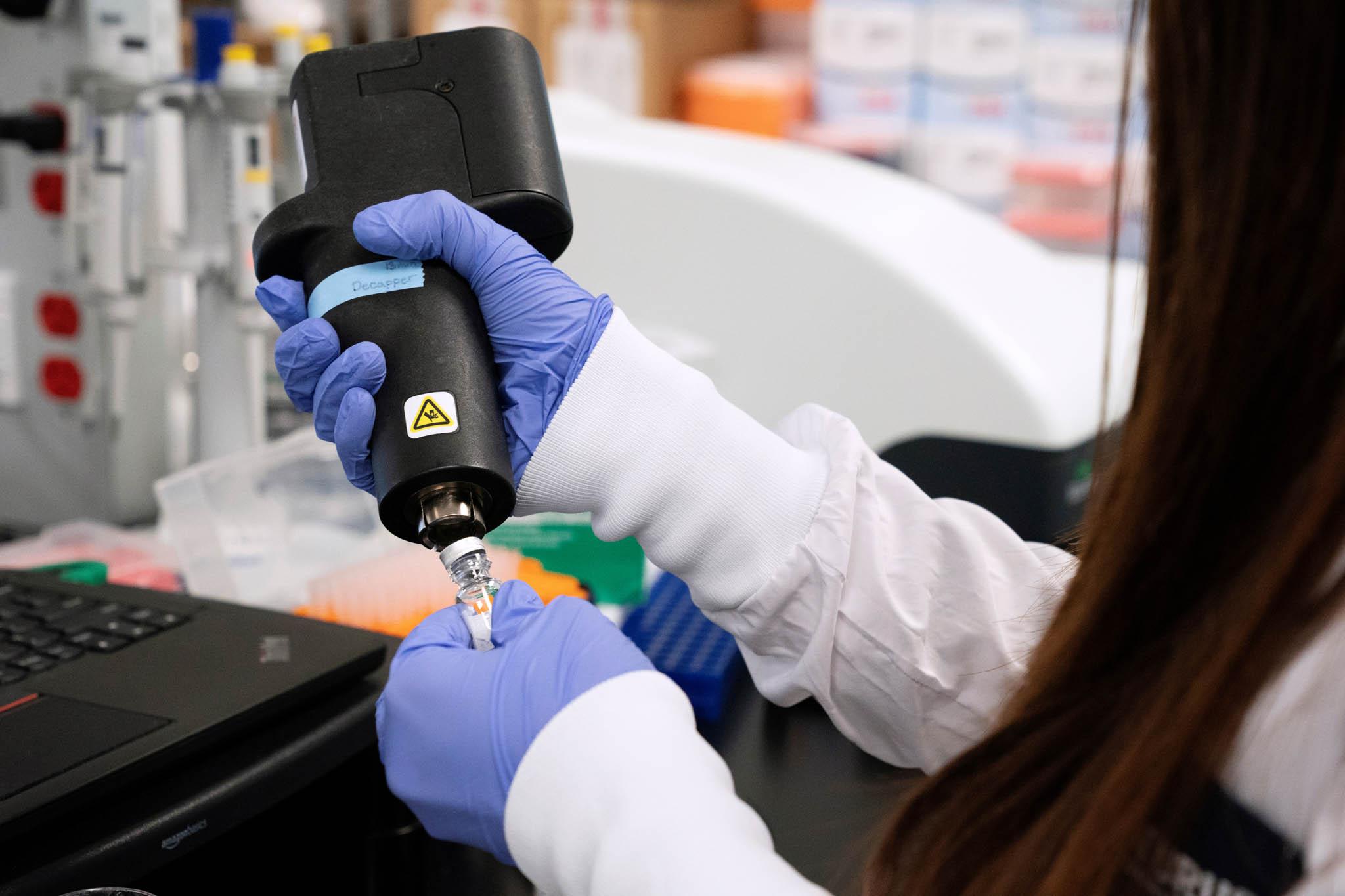 Kdo bude první. Americký Národní zdravotní ústav schválil ve zrychleném procesu testování nových vakcín nadobrovolnících, jimž bude nejprve doorganismu vpraven virus SARS-CoV-2.