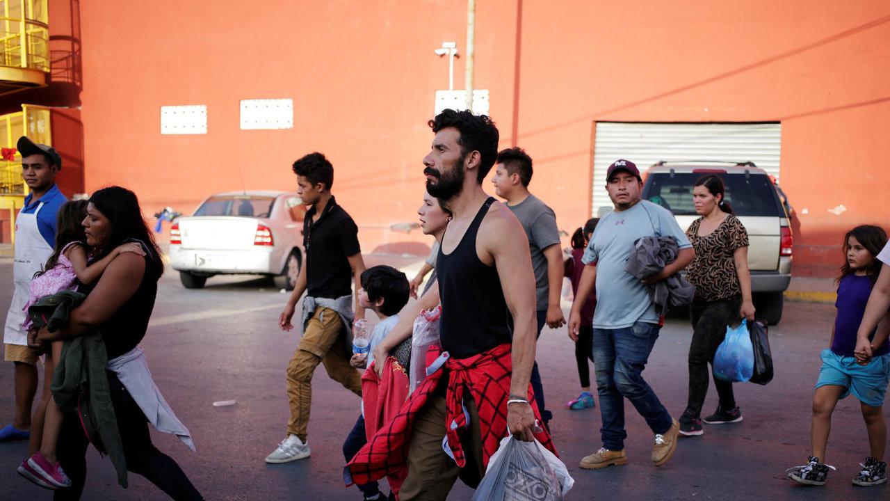 Zpátky z USA: Spojené státy zadržují ilegální migranty vdetenčních táborech. Velkou část lidí pak ze země deportují zahranice, nejčastěji dosousedního Mexika.
