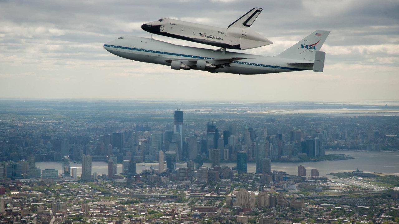 Boeing 747 pomalu míří do důchodu, v minulosti ale sloužil i k přepravě raketoplánů.