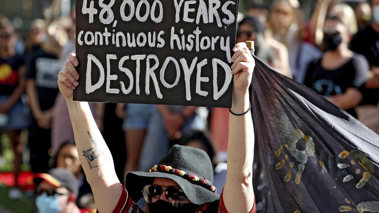 Rio Tinto čelí protestům veřejnosti kvůli zničení posvátných míst australských Aboriginců.