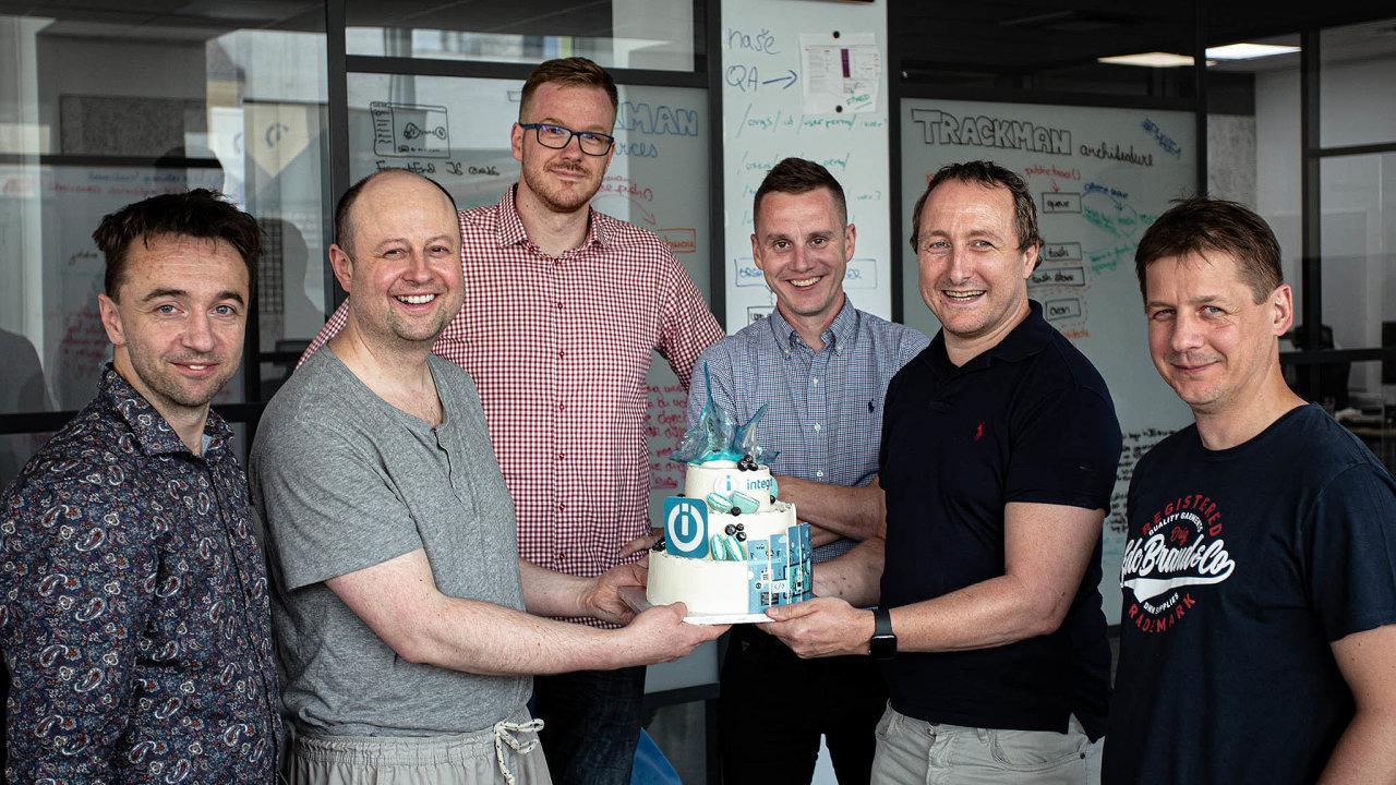 Důvod koslavě: (zprava) Pavel Duras, Tomáš Schel, Ondřej Gazda, Patrik Šimek, Michal Toman aRoman Bršlica před čtyřmi lety založili start-up Integromat.