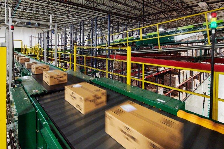 Částečně fixní automatizace: dopravníky, paletizátory, paletové dopravníky, vertikální výtahy