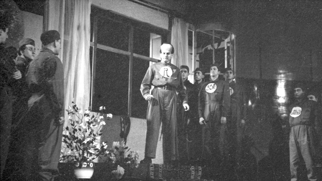 Snímek z provedení hry od Karla Čapka R.U.R. činohrou Národního divadla na scéně Stavovského divadla v roce 1939.