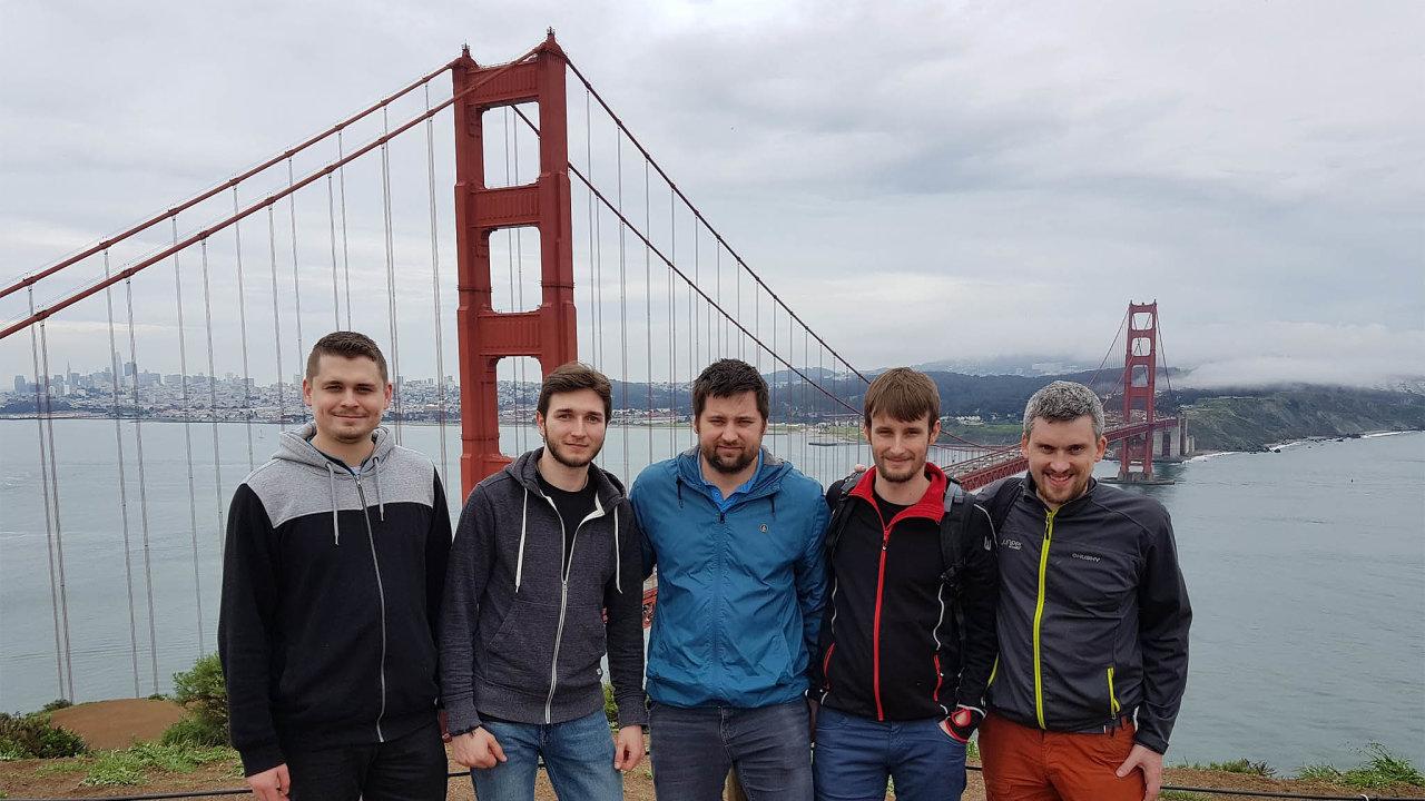 Šéf vývoje firmy Volterra Jakub Pavlík (uprostřed) sčástí svého pražského týmu. Každý zčeských vývojářů Volterry vydělá najejí akvizici, protože zároveň vlastní zaměstnanecké akcie.