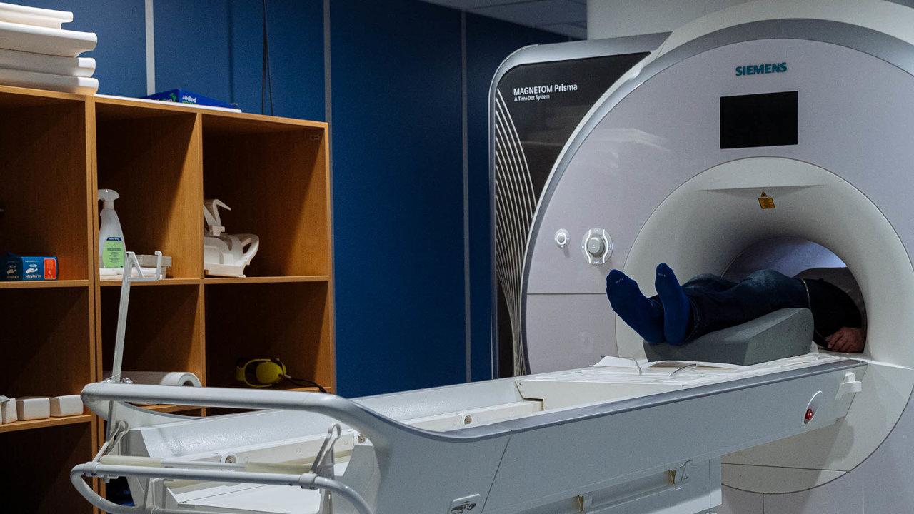 Magnetická rezonance je speciální skener umístěný vupravené místnosti, která zabraňuje vstupu elektromagnetického vlnění zokolí. Dává obraz odění vmozku, zatímco pacient řeší určenou úlohu. Výsledky pomáhají objasnit příčiny onemocnění.