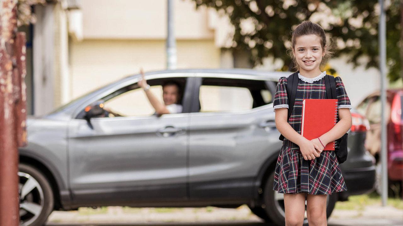 Dítě sbudoucností. Doškoly pohodlným vozem, doma dobré zázemí– známky toho, že dítě má šanci nadobré vzdělání. Narozdíl odtěch, jimž rodina nepomůže, nebo odvrstevníků zvyloučených lokalit.