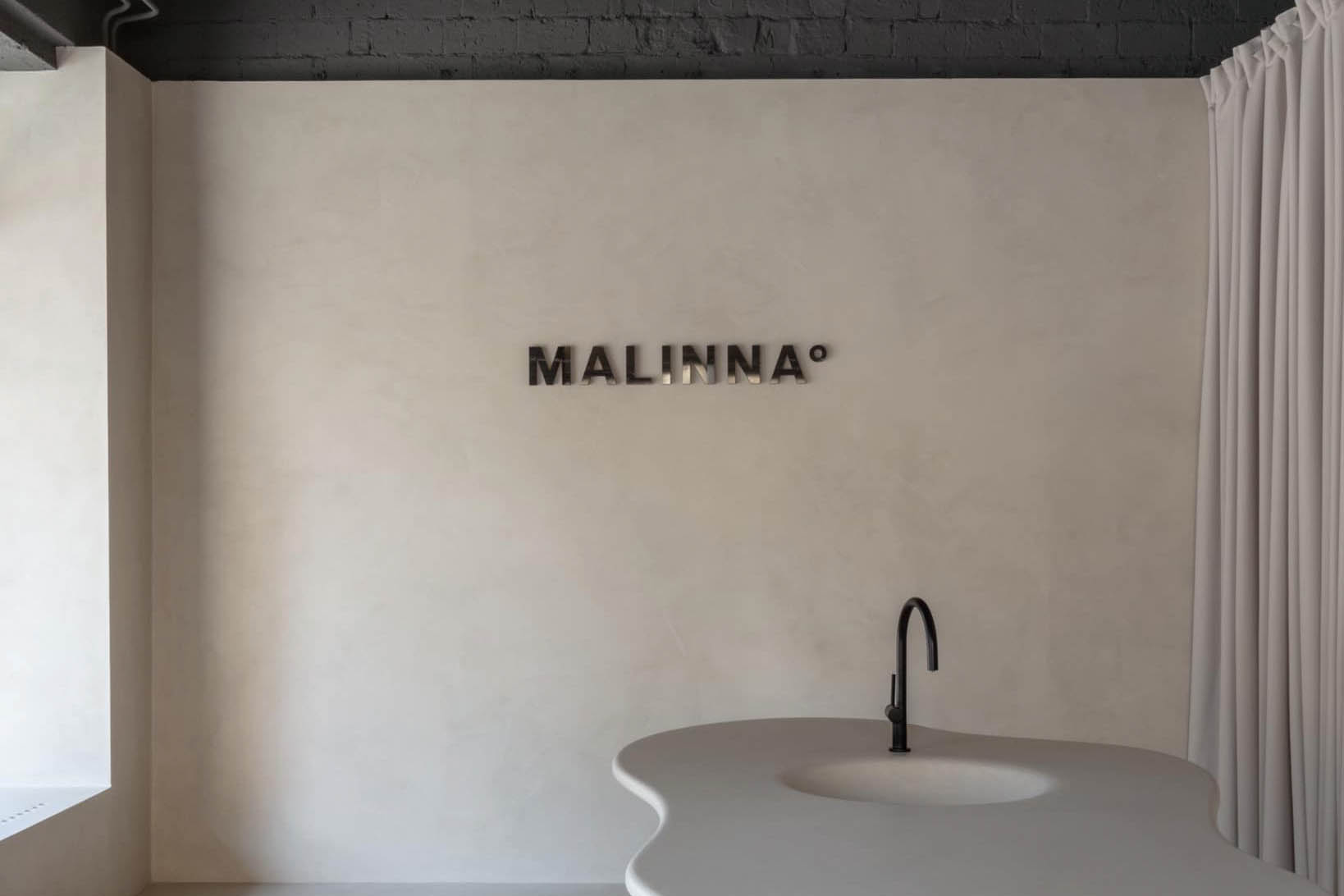 Minimalismus a inovace. Čím dál populárnější, u nás i v zahraničí, slovenská kosmetická značka Malinna, na kterou přísahají vizážistky i biomatky, otvírá první kamenný obchod v Bratislavě.
