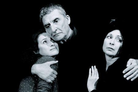 Stárnoucí režisér v podání Martina Huby je v inscenaci Po zkoušce konfrontován s mladou herečkou (Lucie Štěpánková) a její rozvrácenou matkou (Ilona Svobodová)
